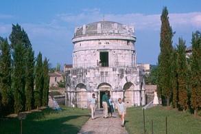 Достопримечательности Равенны, фото,мавзолей Теодориха, Италия