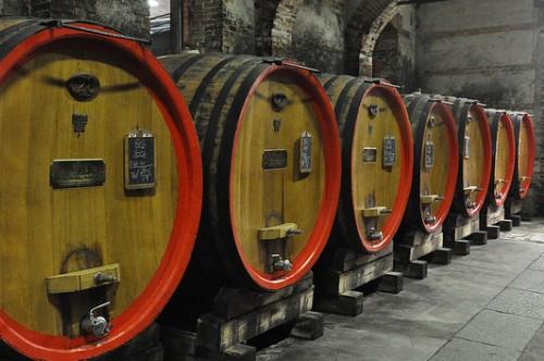 Винный погреб в винодельне Италии, регион Пьемонт