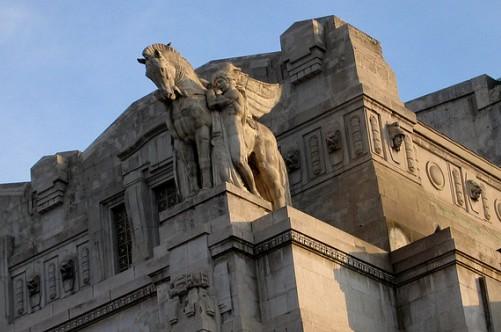 Барельефы и скульптуры миланского вокзала