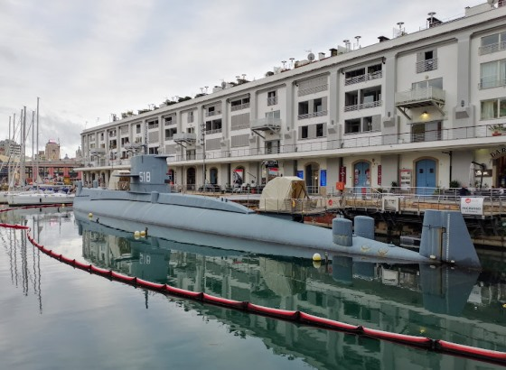 Подводная лодка у Морского музея в Генуе