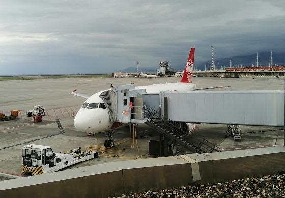 Самолет в аэропорту Генуи