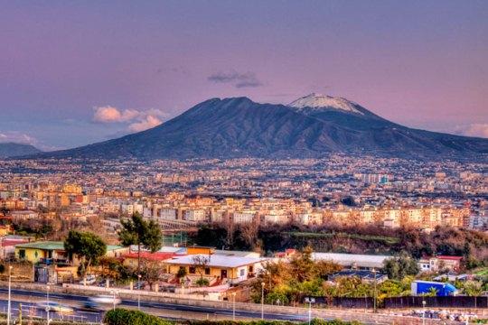 Вулкан Везувий возле Неаполя