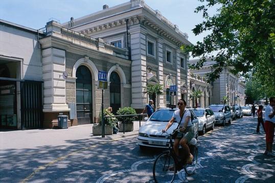 Железнодорожный вокзал Римини на площади Чезаре Баттисти