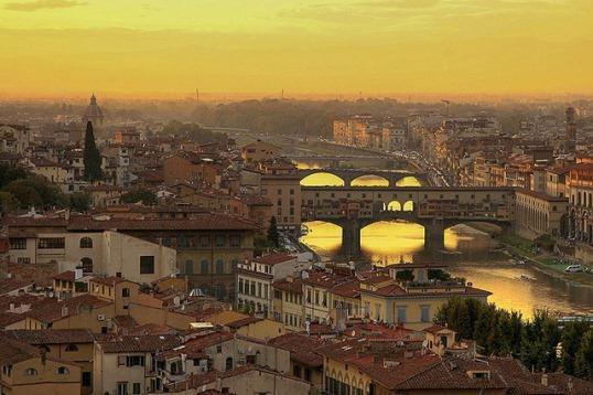 Вид на мост Понте Веккьо во Флоренции