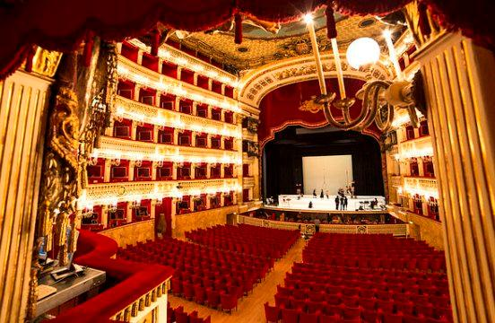Зал оперного театра Сан Карло  в Неаполе