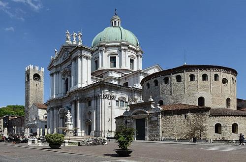 Соборная площадь - одна из главных достопримечательностей Брешии