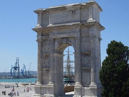 Арка Траяна в Анконе (Италия)