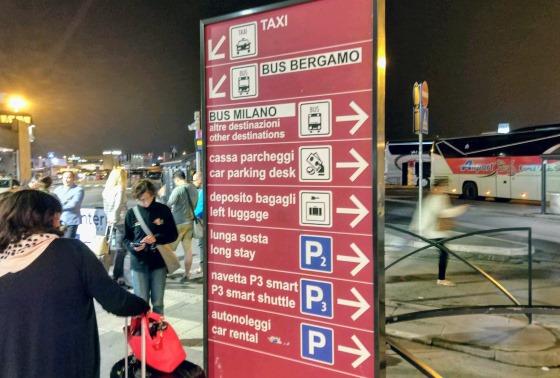 Указатели в аэропорту Бергамо