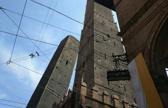 Достопримечательности Болоньи, Башни Азинелли и Гаризенда