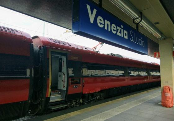 Поезд на станции в Венеции